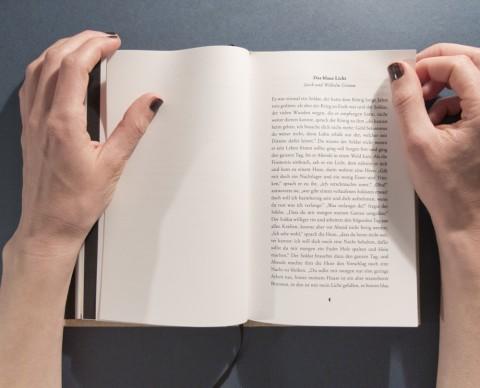 Geschichten, Gedichte und Zitate zum Licht sind auf weißem Papier gedruckt.