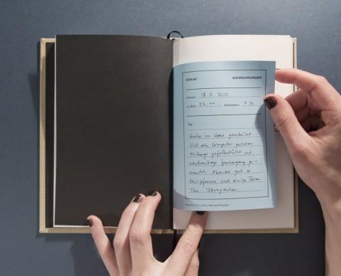 Ein Lichttagebuch auf blauem Papier enthält Aufzeichnungen zu meinen täglichen Aktivitäten, Lichtkonsum, Träumen und der Qualität meines Schlafes.